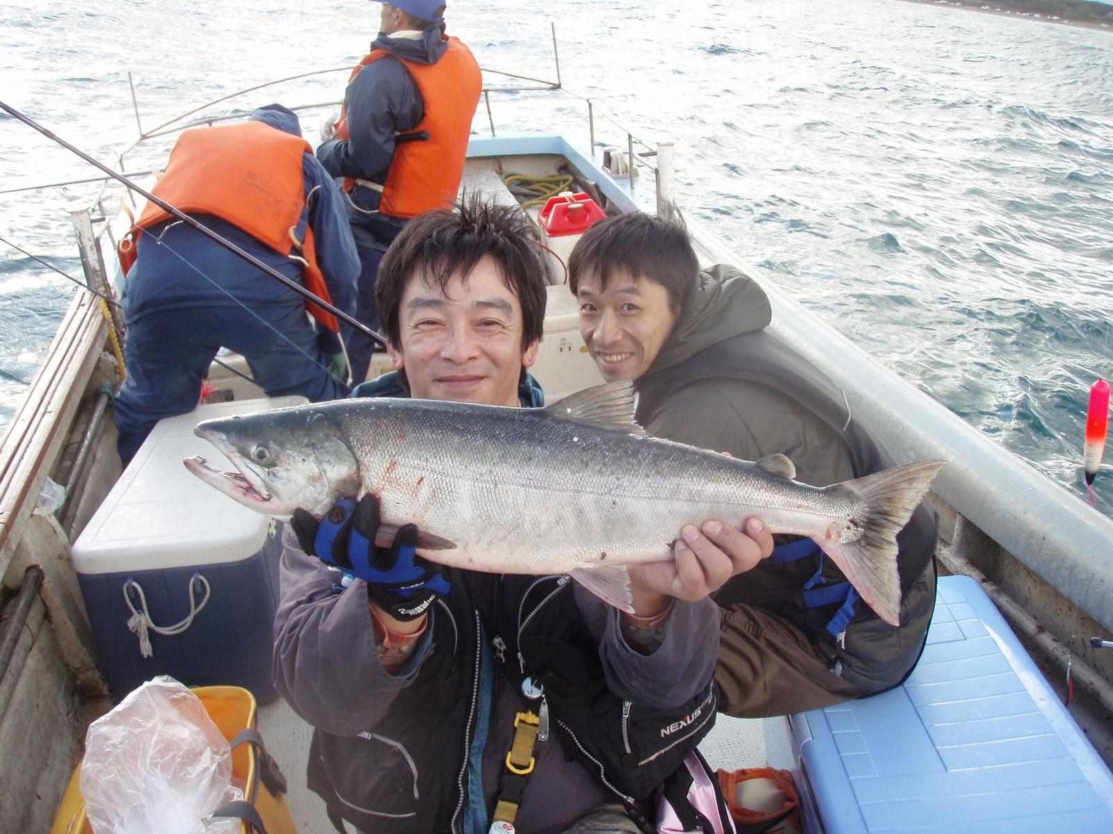 速報>サケ釣り、鮭ゲット>枝幸の浮きルアーボートゲーム