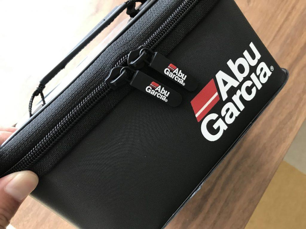 Abu GarciaのEVA Tackle Box 2 Mサイズ のファスナーは持ちやすい
